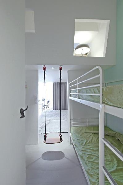 在主臥與兒童房之間設置一張鞦韆,可藉由遊戲增加家族成員的緊密度!