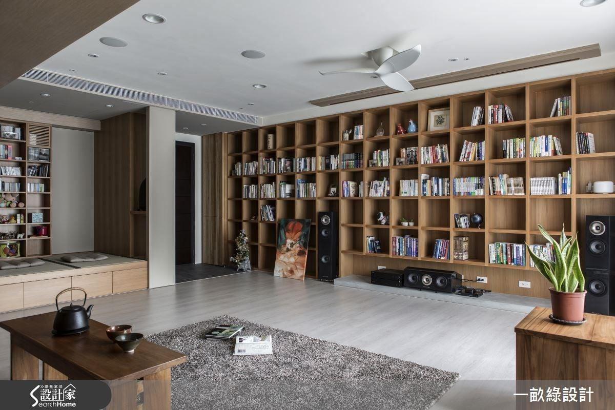 公共領域規劃一整面書牆、坐禪區,以及大幅的投影幕,在寬廣的空間之中,動線也變得自由彈性,滿足屋主對於居家生活的休閒想像。