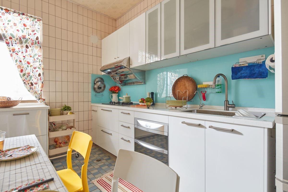 老灶腳變身現代簡約系統廚櫃,打造明亮視覺的美型廚房。