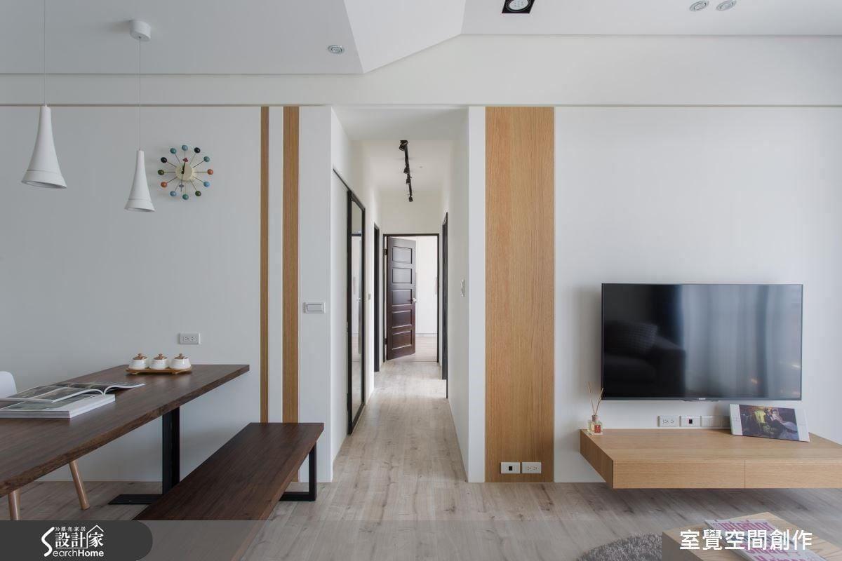 藉由重新規劃的廚房格局,使電視牆視覺得以開闊延伸,並利用特色切割的實木貼皮與牆面層板相互呼應,為一米寬的廊道設計帶入趣味性。餐桌與長凳則選用不規則花紋的胡桃木為主,增添自然意境於空間之中。