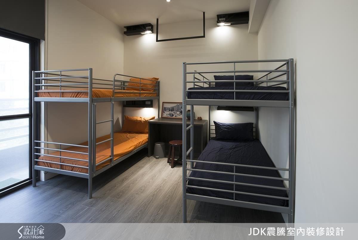 二樓規劃給背包客的空間簡單溫馨,床頭都設有閱讀夜燈和手機充電插座,非常貼心。