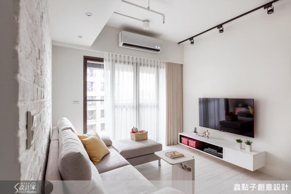 一層紗、一層布的窗簾布,白天時陽光穿透在紗窗上,讓人感受明亮與溫暖。