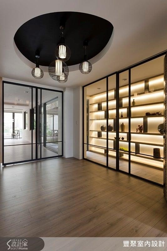 入口玄關以整面的藝品展示櫃取代封閉的鞋櫃,讓人一進門就感受到濃厚的藝文氣息。