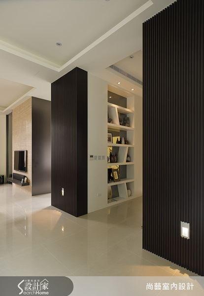格柵式的門片設計,讓單調的牆面也能展現出線條感,再運用牆面結合層版設計,讓空間收納的機能性大大提升。
