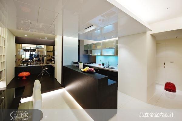 機能完整的一字型廚房空間,配上極簡的中島設計,鋼琴烤漆的色彩,營造出色彩強烈對比的都會時髦感。