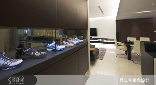 長型的走道櫃,就是屋主收藏的時尚伸展台,設計師透過巧思,將屋主多年的球鞋珍藏,陳列於櫃體之中,使走道就像精品空間,讓屋主可以將球鞋一一展示,與來訪的朋友分享。