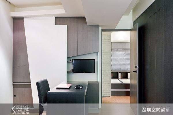 主臥室內整合了書房功能,搭配充足的收納櫃體,讓空間獲得更有效率的運用。