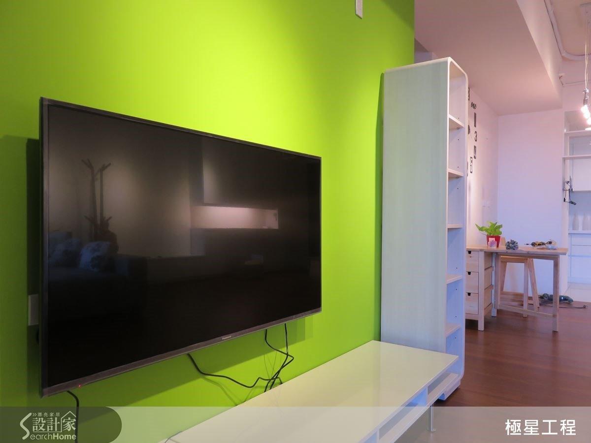 電視牆呈現清新蘋果綠,讓人感到舒服放鬆,並成為視覺焦點牆面。