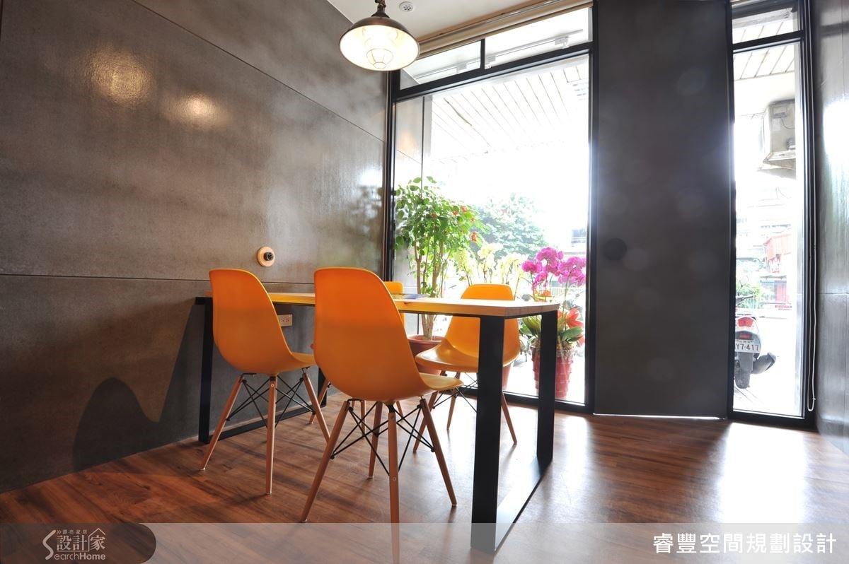 門口的會議區採用日本進口檜木打造寬敞的大桌面,搭配線條簡潔的鐵件桌腳,營造出舒適又俐落的現代休閒質感。能夠在溫暖明亮的陽光下集思廣益,想必一定能大大提升開會的效率與創意!