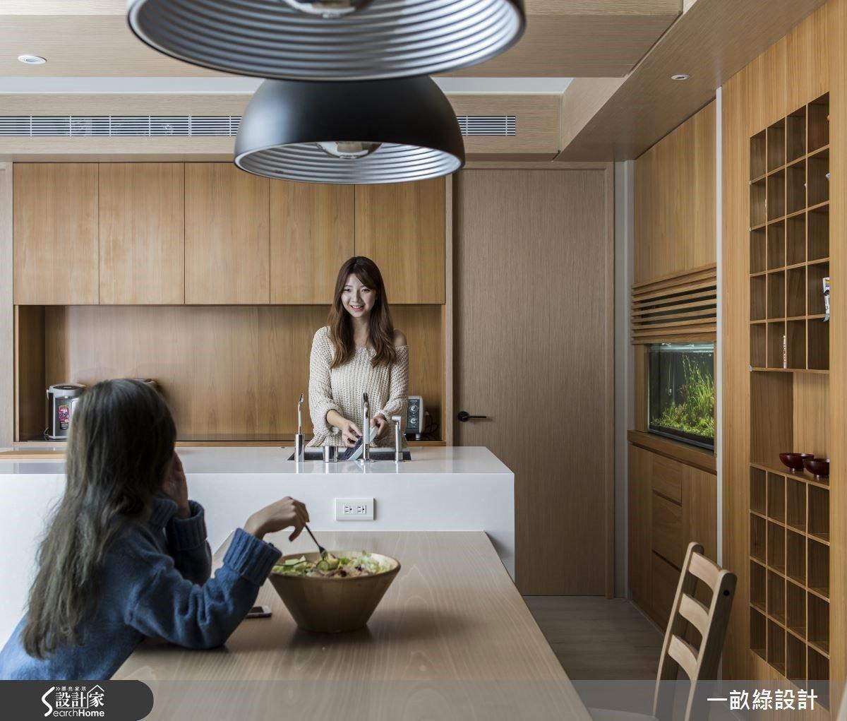 修改臥室比例,將女屋主期待的餐廚區放大,中島旁櫃體置入水族箱及杯具的蒐藏展示格,成為下廚時點亮愉悅心情的端景牆。