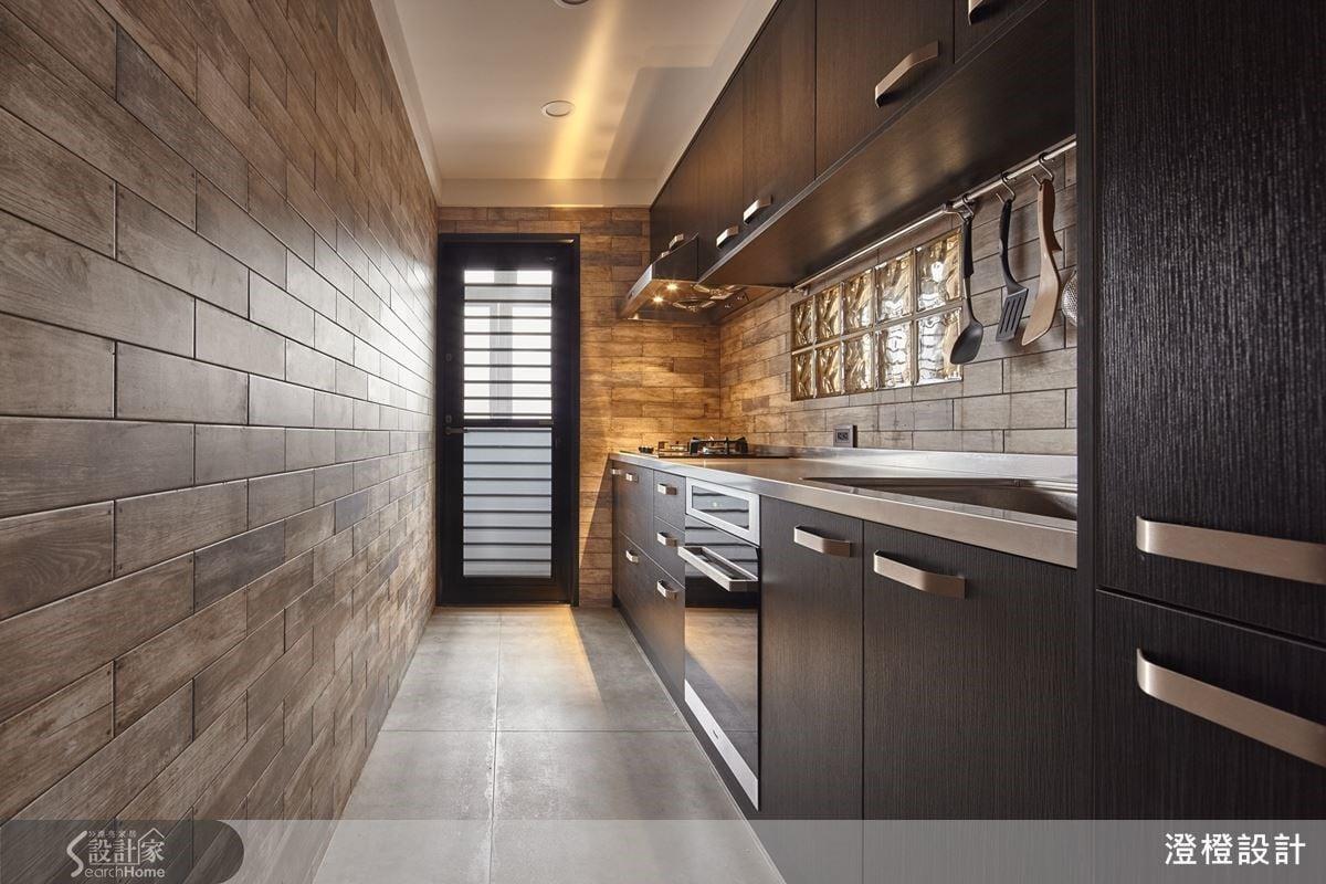 空間色彩主要以黑色調性彰顯了工業風的個性與沉穩,因此在家具、燈光光色及門把的細節上,添加了黃色調性的暖色系來平衡空間中冰冷的氣息,為粗獷原始的工業風注入一股溫暖質樸的居家氛圍。
