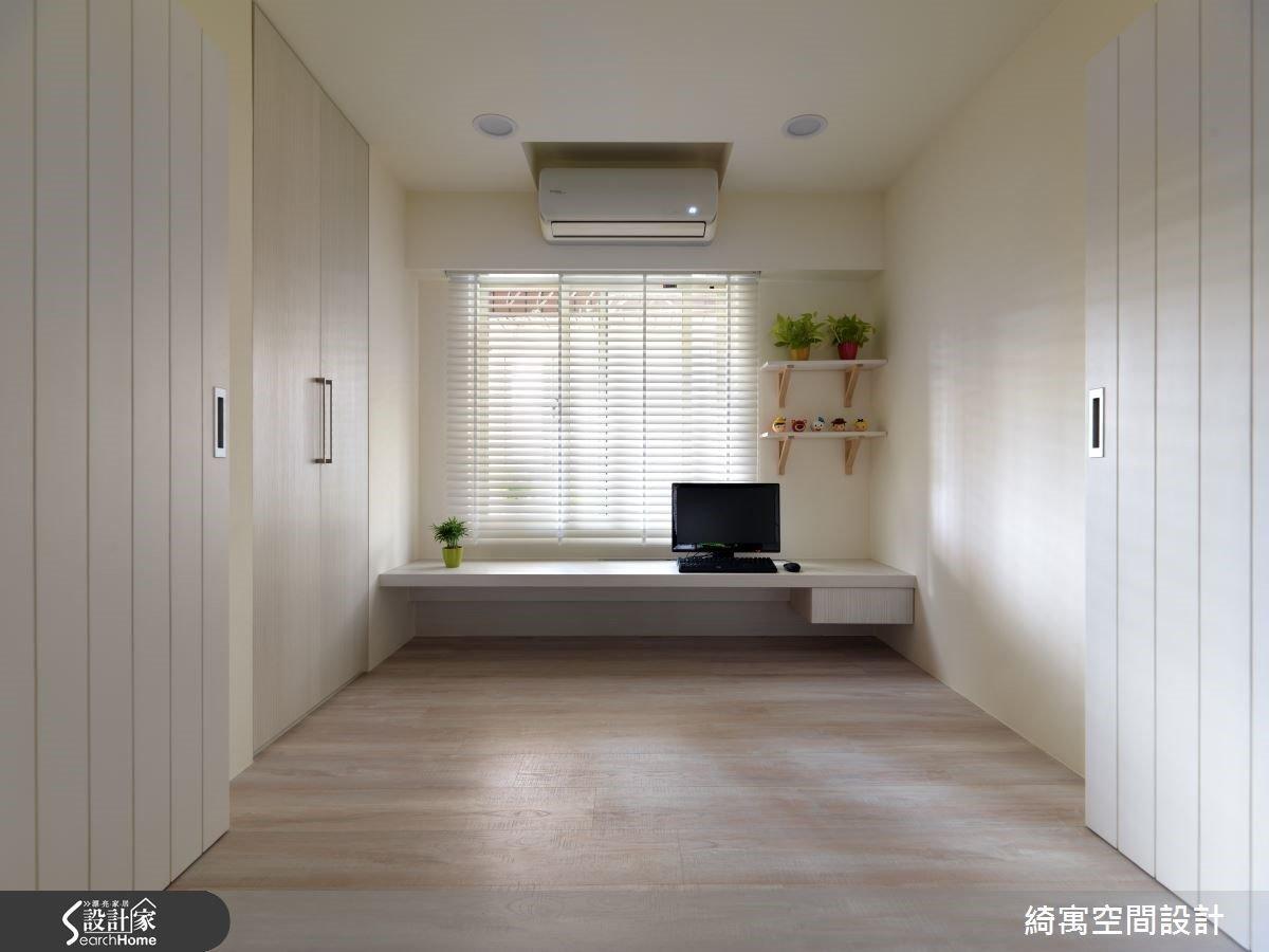 原本是一間不大不小的尷尬房間,設計師改成了彈性隔間的和室,讓採光可以透入整個公共空間中,而且讓屋主在家裡時可以用放鬆的情緒繼續完成工作。