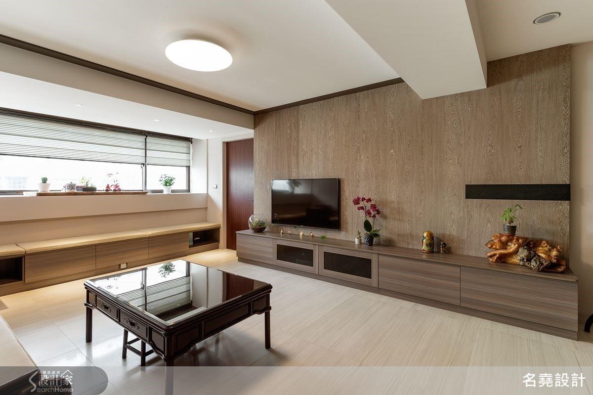 客廳窗景砌出完整區塊成就愜意文雅的品茗區,大面採光灑落,佐以沉穩的電視主牆與清晰的沙發背牆,醞釀出爾雅寧靜的空間氛圍。