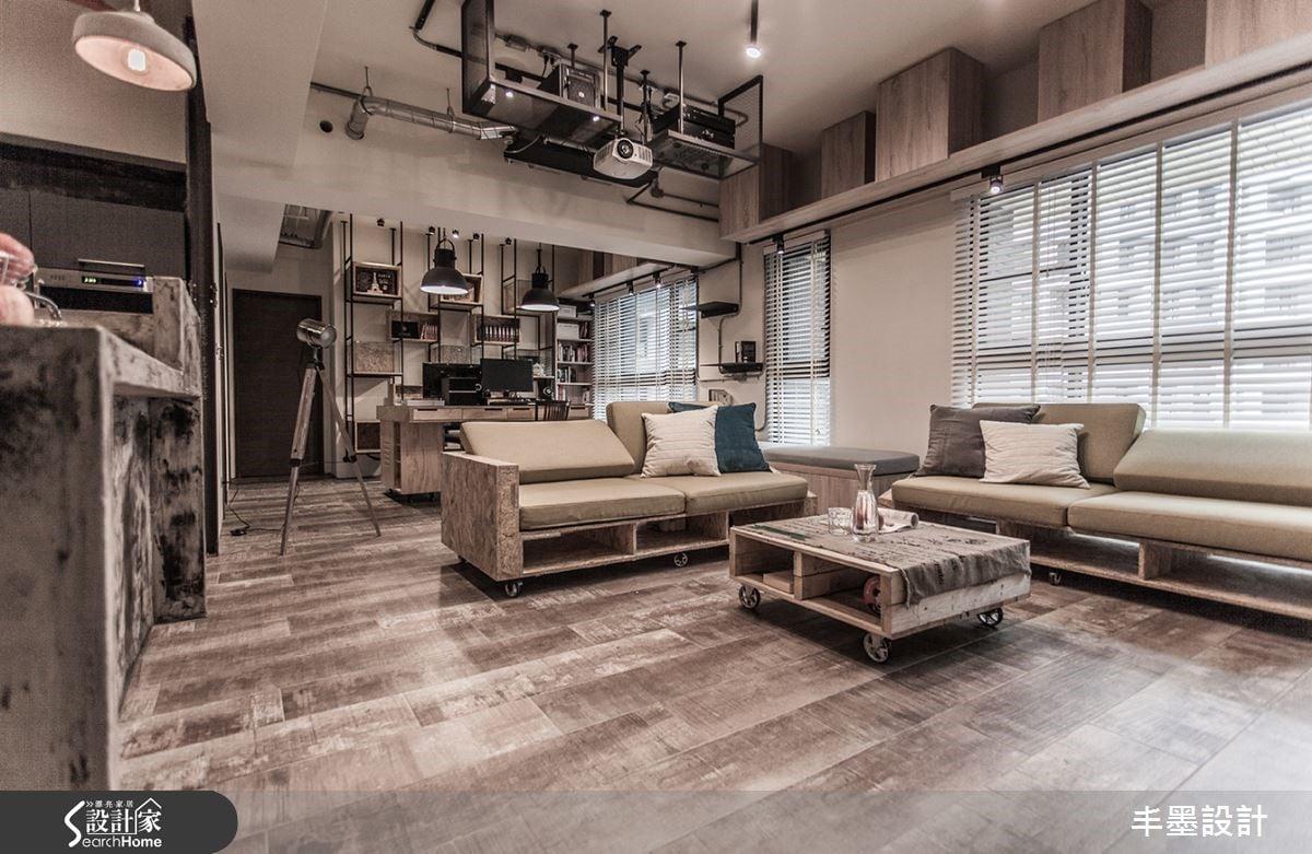 空間功能以各具特色元素的家具彰顯,OSB板製作的沙發,日常中呈現L形,當訪客多的時,可以一分為二隨興變化;整體家具都有著移動的能力,隨時靜候主人需求幻化空間樣貌,為主人獨特的存在。