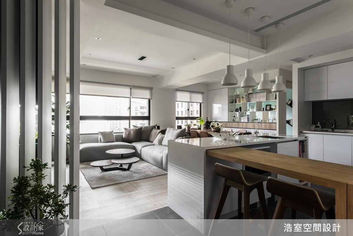 女屋主平時喜歡烹飪,在邱炫達設計師的規劃下,以開放式的手法拉大空間,藉由中島視野,讓夫妻倆可以自在地互動。