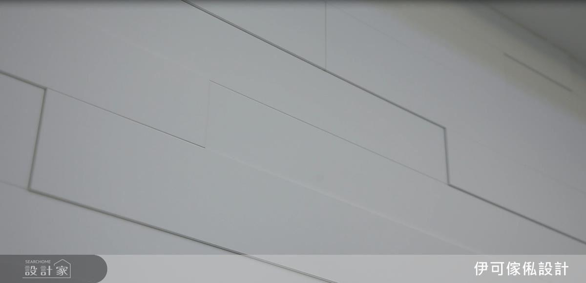 以環保系統板材結合木作線板框,為純白電視牆完成豐富的視覺層次,達成木作與環保建材的完美結合。