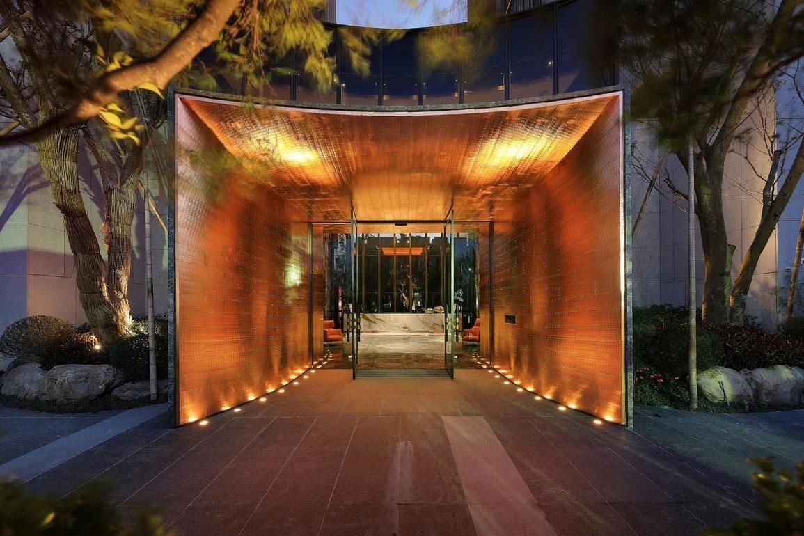 純手工鍛擊銅板工藝與伸保系統板材的融合,呈現華麗迷人,令人嚮往的入口意象。國聚花園寓所,建築設計師—潘 正。