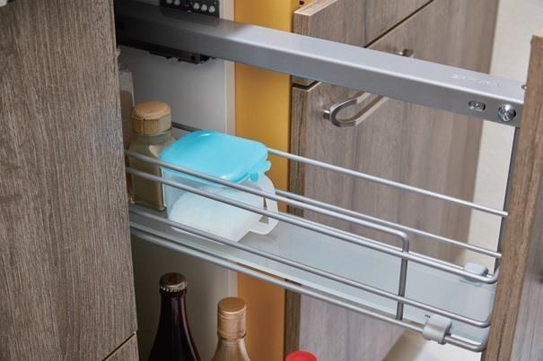 調味料的收納櫃裡,底部以玻璃為材質,當液體不小心溢出時,更方便擦拭、清潔。