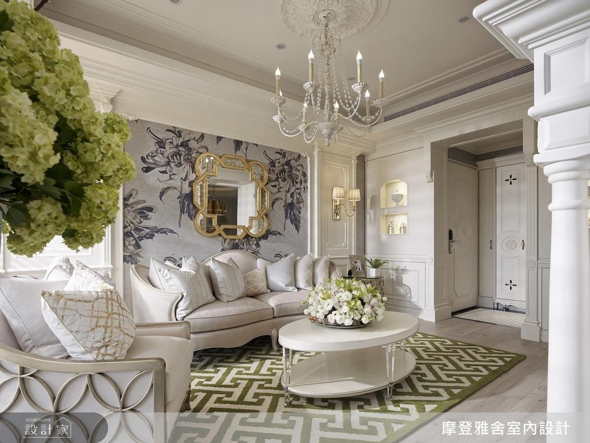 客廳沙發背牆鋪陳大面菊花壁紙,以花語「永遠的愛」傳遞對女屋主的濃厚祝福。