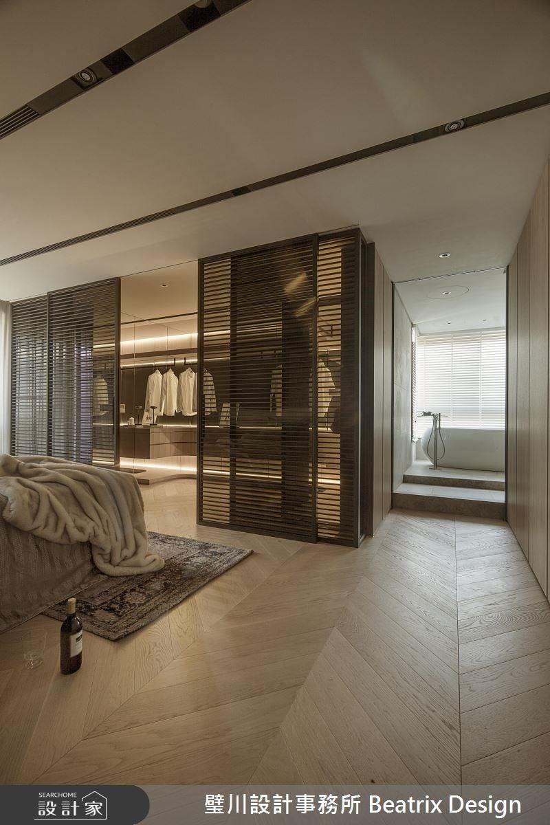 優雅的推開格柵拉門,進入精品般的更衣室從容打扮,留下漂亮的光影。