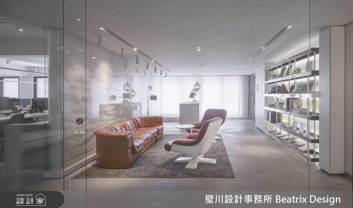 辦公室以大面落地窗引光入室,並以大面純淨白調鋪陳,為工作環境營造明亮舒適感。