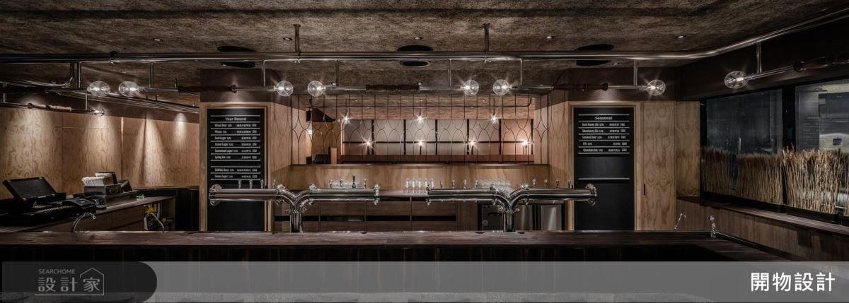 整體空間配色以啤酒的金黃色作設想,牆面以淺金木皮營造甲板效果;天花則以磚泥板紋路描繪啤酒花意象,兩位設計師透過空間設計完美呼應啤酒產品。
