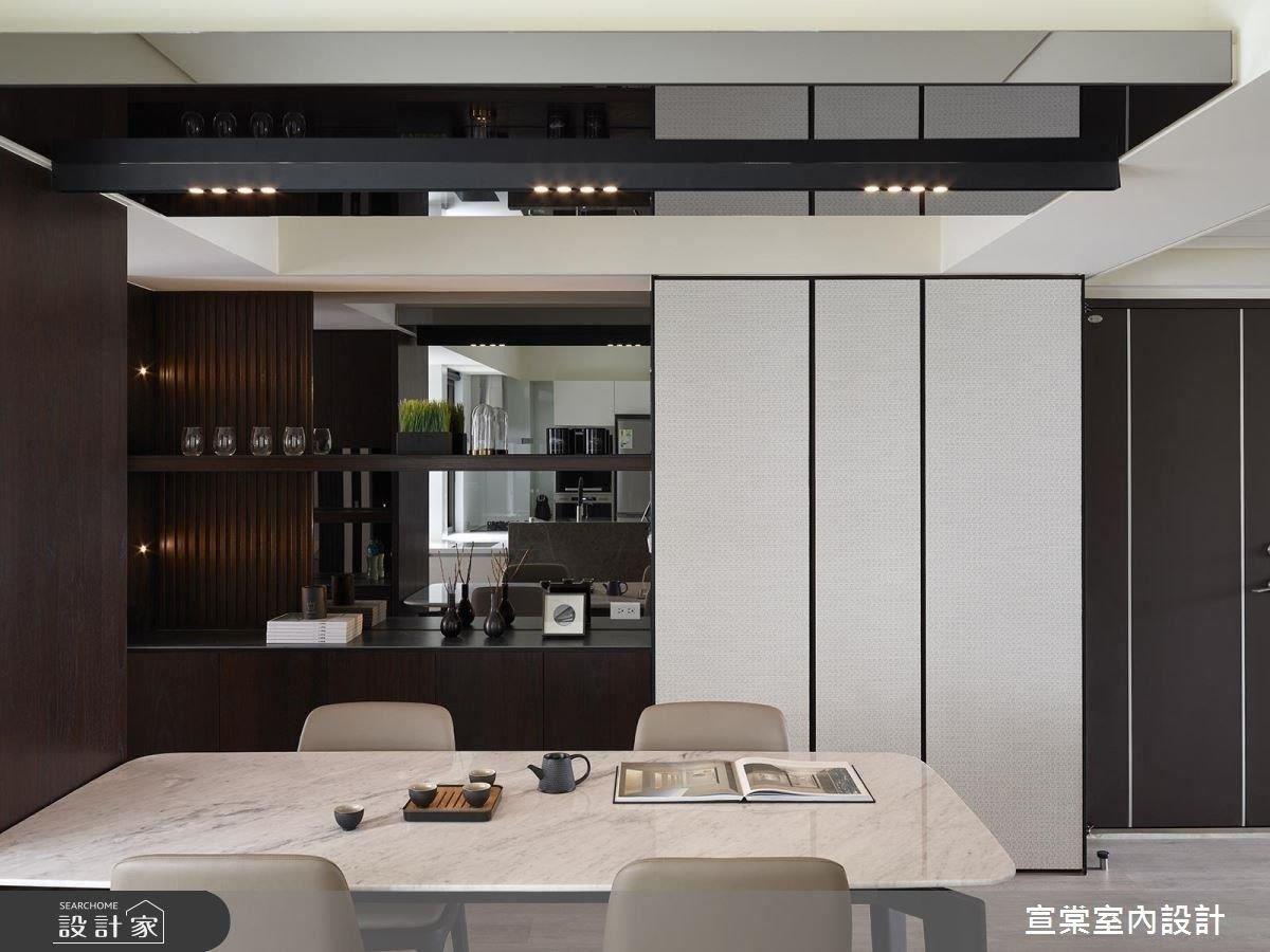 餐廚區藉由假櫃設計,隱藏原有樑柱過多問題。