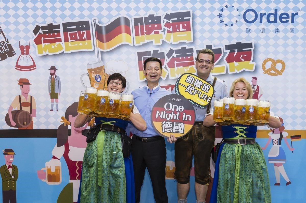 歐德集團陳國都董事長(左二)、德國經濟辦事處林百科處長,開心與一次 hold 住十杯啤酒的專業德國侍女合影。
