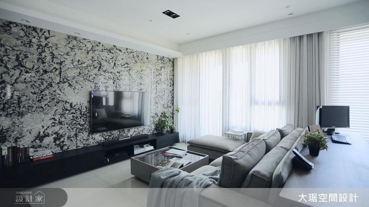 客廳牆面選用紋理花俏活潑的大理石,為樸質空間創造視覺焦點。