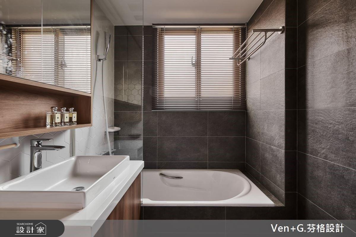 浴缸與淋浴結合時,在缸上門在靠近蓮蓬頭的地方利用玻璃做出隔板能有效防止淋浴水花噴濺到乾區,也有效將低浴簾造成的泡澡淋浴的壓迫感。