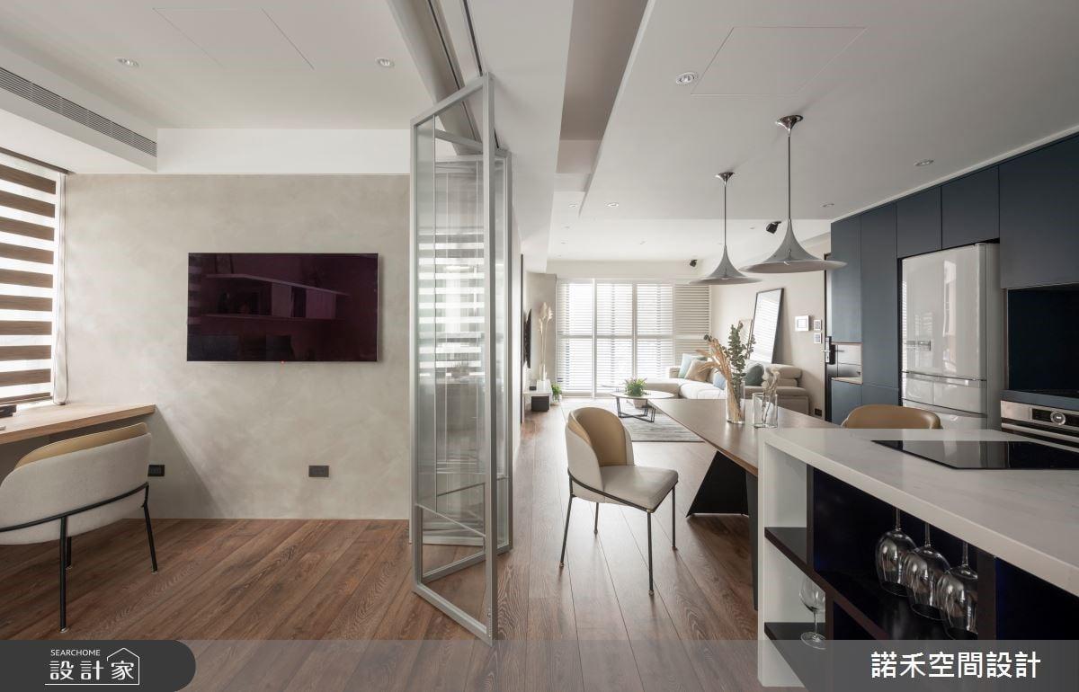 中古屋翻新的重點在於優化採光,設計師以玻璃折疊門取代實體隔牆,界定出書房領域也讓採光能穿透到餐廚空間。