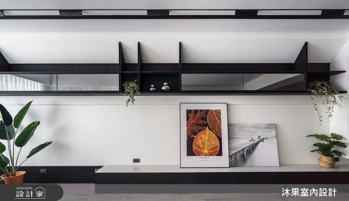 客廳電視牆以黑白色調,搭佐懸吊式層板造型,營造整體的時尚感。