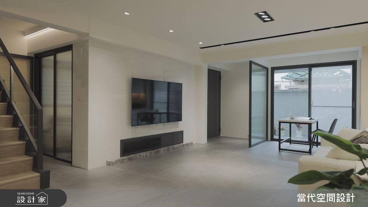 客廳電視牆利用簡約純淨的白色大理石,提升整體的精緻質感。